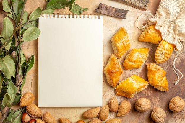 Bovenaanzicht van lekker noten gebak met noten op de bruine achtergrond