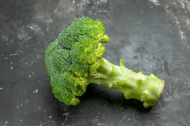 Bovenaanzicht van lekkere en gezonde verse broccoli op grijze tafel
