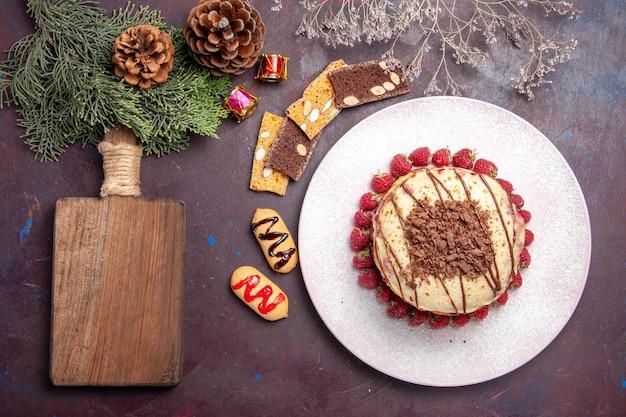 Bovenaanzicht van lekkere fruitige pannenkoeken met gelei en aardbeien op donkerpaars