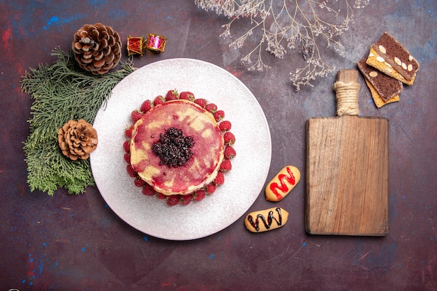 Bovenaanzicht van lekkere fruitige pannenkoeken op donker