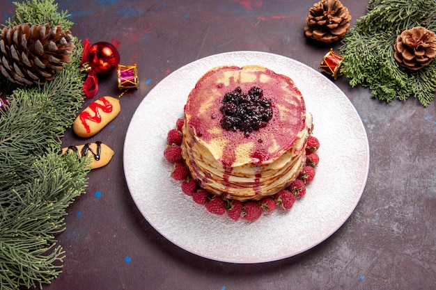 Bovenaanzicht van lekkere gelei pannenkoeken met verse aardbeien op dark