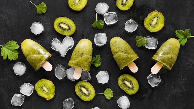 Bovenaanzicht van lekkere ijslollys met ijs en fruit
