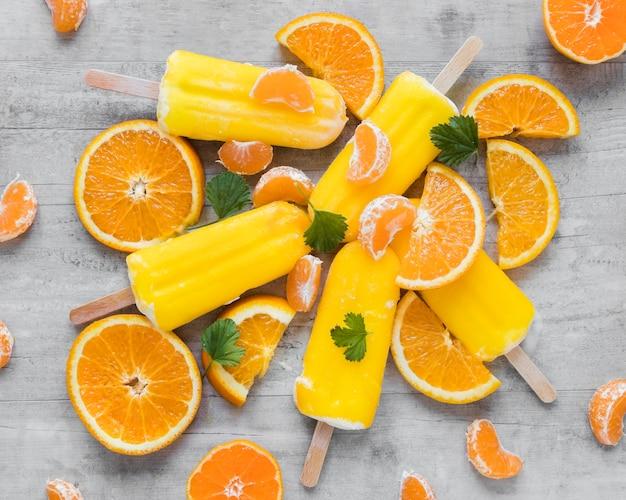 Bovenaanzicht van lekkere ijslollys met munt en sinaasappel