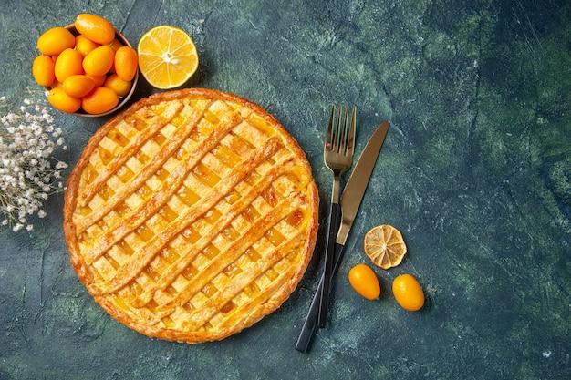 Bovenaanzicht van lekkere jelly pie met mes en vork op donkerblauwe ondergrond