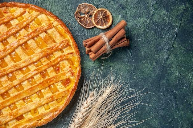 Bovenaanzicht van lekkere jelly pie op donkerblauw oppervlak