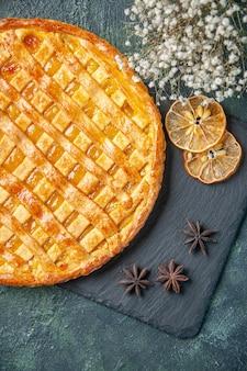 Bovenaanzicht van lekkere jelly pie op donkere ondergrond