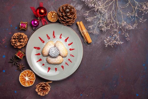Bovenaanzicht van lekkere koekjes suiker poedersuiker snoep op zwart