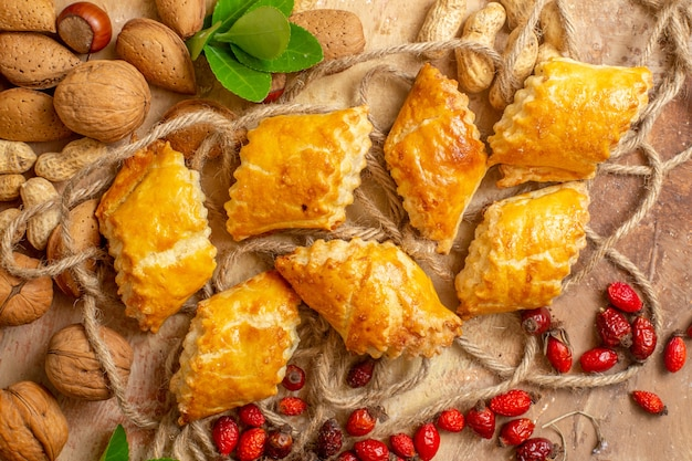 Bovenaanzicht van lekkere noten gebak zoete taarten