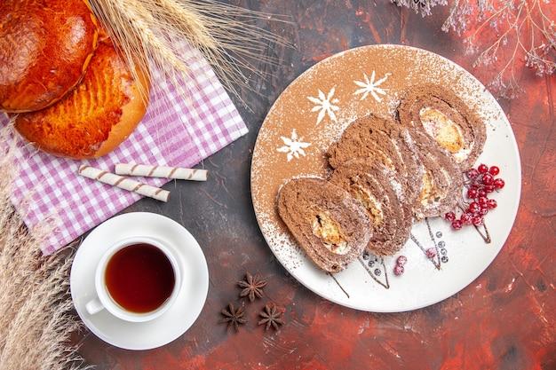 Bovenaanzicht van lekkere taarten gesneden met rode bessen