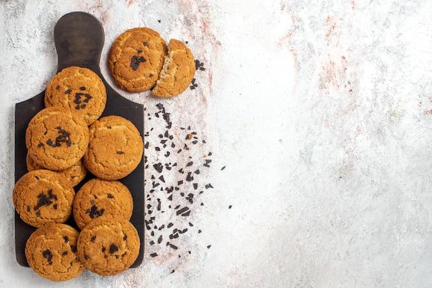 Bovenaanzicht van lekkere zandkoekjes perfecte snoepjes voor thee op witte ondergrond
