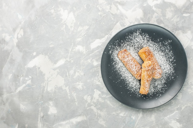 Bovenaanzicht van lekkere zoete bagelsuiker in poedervorm op een witte ondergrond