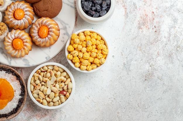 Bovenaanzicht van lekkere zoete koekjes met noten op wit