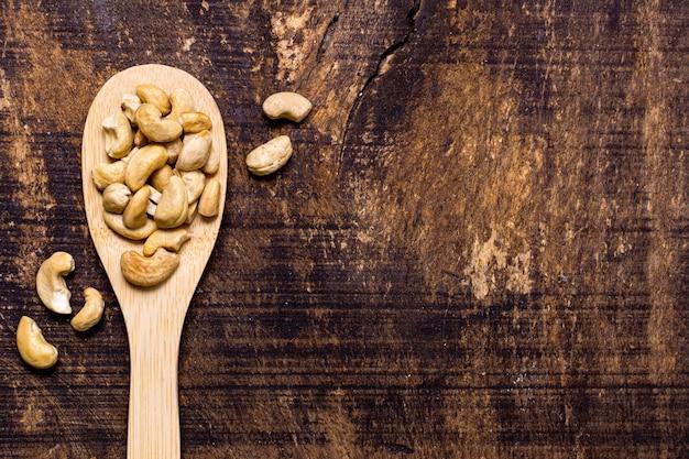 Bovenaanzicht van lepel met cashewnoten en kopie ruimte