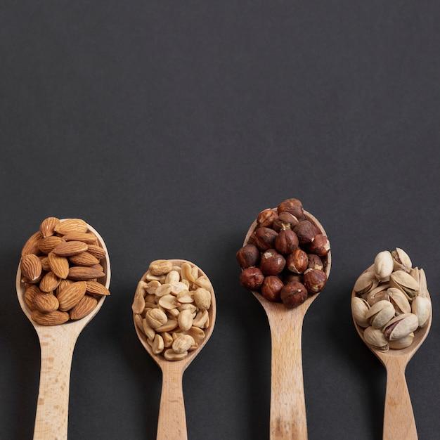Bovenaanzicht van lepels met assortiment van noten