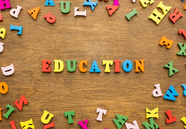 Bovenaanzicht van letters die onderwijs spellen
