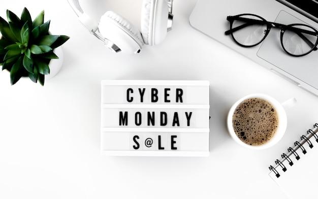 Bovenaanzicht van lichtbak voor cyber maandag met laptop en sappig