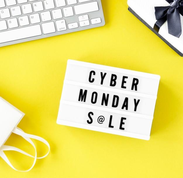 Bovenaanzicht van lichtbak voor cyber maandag met toetsenbord en cadeau