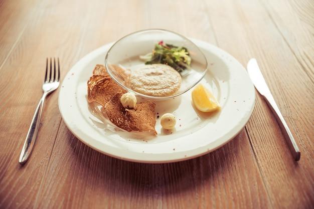 Bovenaanzicht van lichte schotel perfect voor lunch geserveerd.