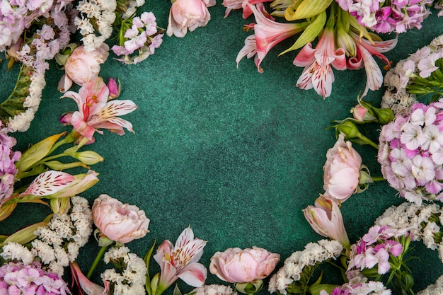 Bovenaanzicht van lichtroze bloemen op een groen oppervlak