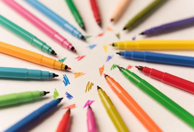 Bovenaanzicht van lijnen geschilderd geïsoleerd tussen markeringen