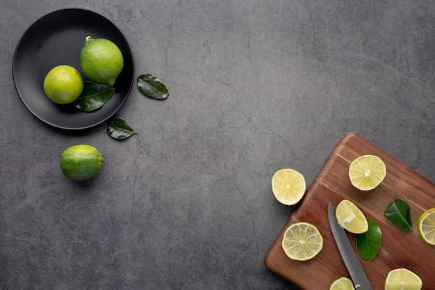 Bovenaanzicht van limoenen en citroenen met bladeren