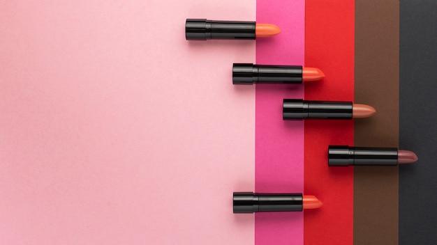 Bovenaanzicht van lippenstift tinten op effen achtergrond