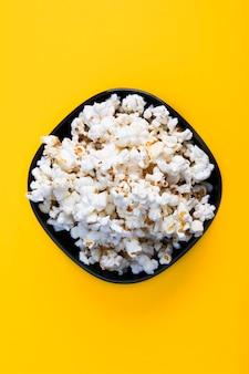 Bovenaanzicht van lucht smakelijke popcorn. snack voor een film, een idee voor een maaltijd. close-up, bovenaanzicht.