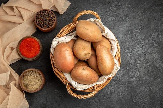 Bovenaanzicht van maaltijdingrediënten op de zwarte tafel