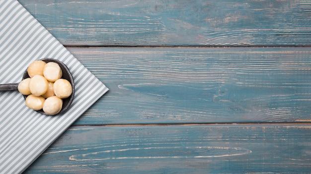 Bovenaanzicht van macadamia noten met kopie ruimte