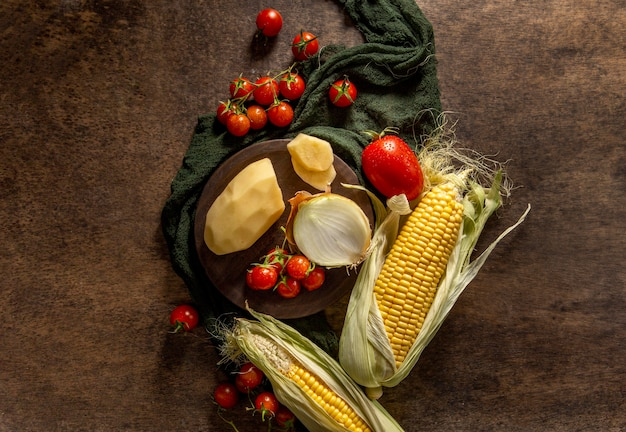 Bovenaanzicht van maïs met aardappelen en tomaten