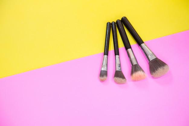 Bovenaanzicht van make-up cosmetica en borstels
