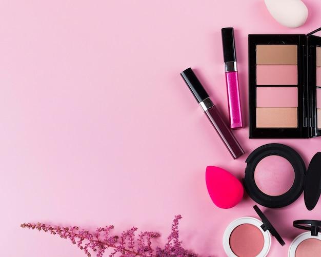 Bovenaanzicht van make-up op bureau concept met kopie ruimte