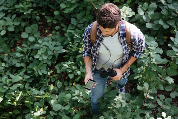 Bovenaanzicht van man in bos in het midden van planten