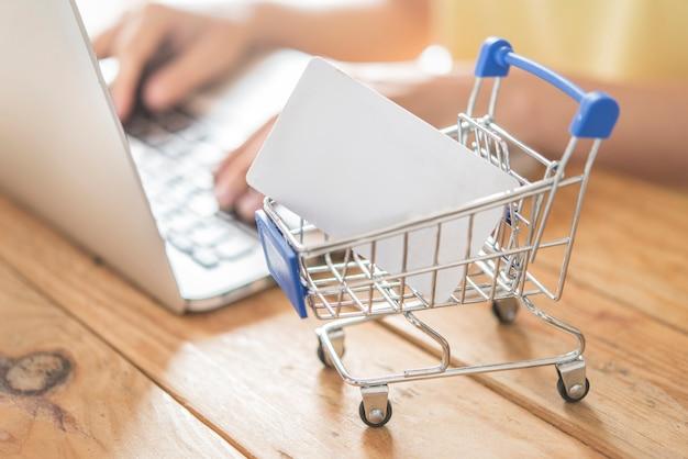 Bovenaanzicht van man met creditcard voor online shoping