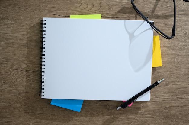 Bovenaanzicht van man met laptop drukke werknemer close-up van creatieve ontwerper bureaublad met schone computer
