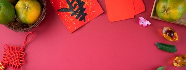 Bovenaanzicht van mandarijn op rode tabelachtergrond voor chinese nieuwe maanjaar