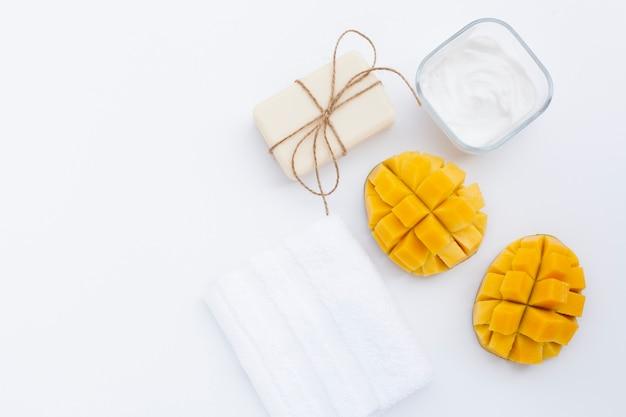 Bovenaanzicht van mango en body butter room en zeep
