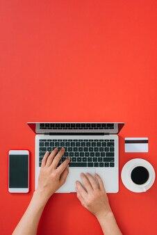 Bovenaanzicht van mannelijke handen die online betalen. vakantie winkelen.