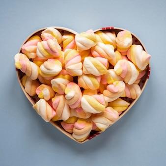 Bovenaanzicht van marshmallow in hartvormige kom