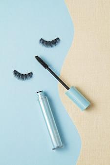Bovenaanzicht van mascara-borstel over de blauwe achtergrond
