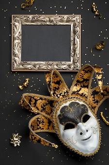 Bovenaanzicht van masker voor carnaval met frame en linten