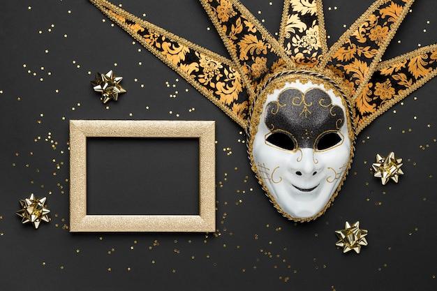 Bovenaanzicht van masker voor carnaval met frame en strikken