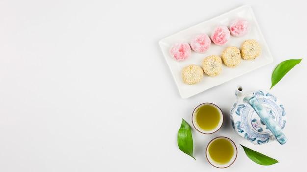 Bovenaanzicht van matcha thee en mochis
