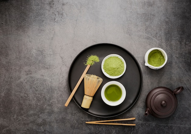 Bovenaanzicht van matcha thee essentials