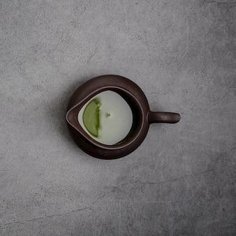 Bovenaanzicht van matcha thee in schenker