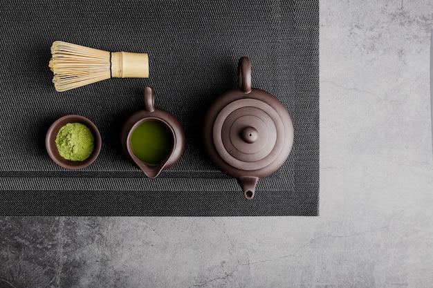 Bovenaanzicht van matcha thee met theepot