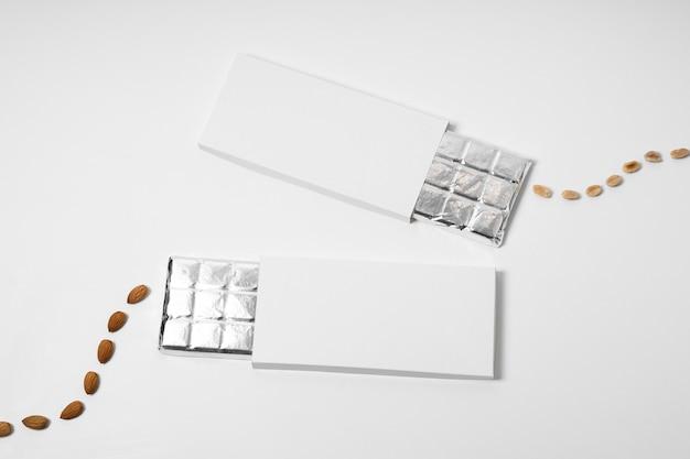 Bovenaanzicht van meerdere lege chocoladerepen pakketten met noten en folie