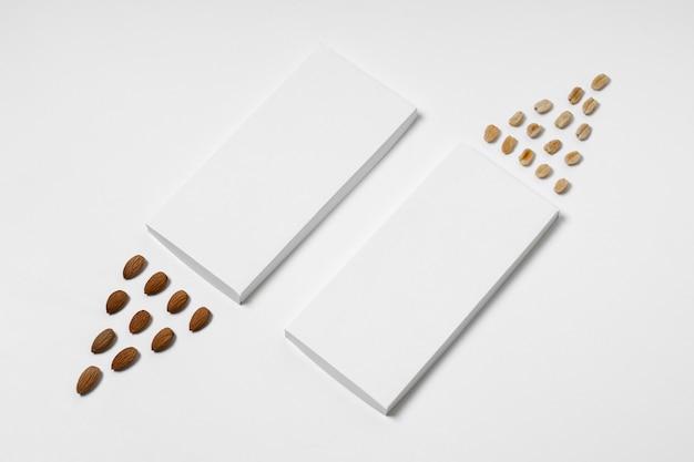 Bovenaanzicht van meerdere lege chocoladerepen verpakking met noten