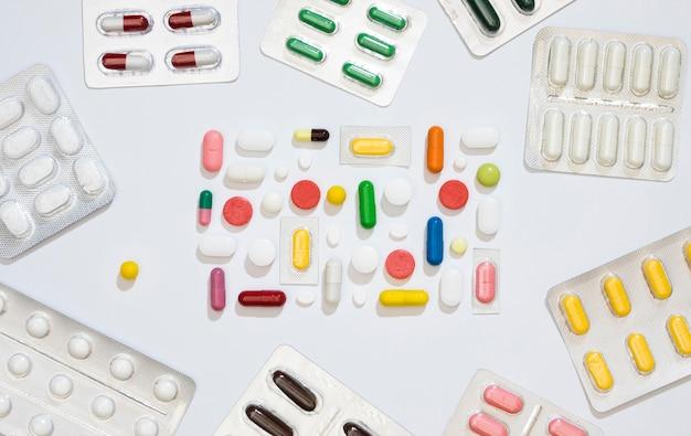Bovenaanzicht van meerdere pillen en folies