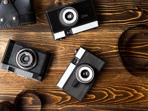 Bovenaanzicht van meerdere retro fotocamera's